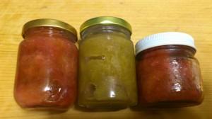 左:ルバーブ赤い部分 中央:ルバーブ緑の部分 右:苺とルバーブ